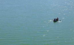 Le bateau flotte sur l'eau Image stock