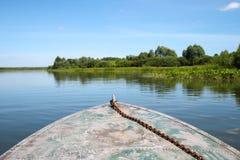 Le bateau flotte sur l'eau Photographie stock libre de droits