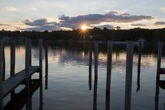 Le bateau glisse au coucher du soleil Photographie stock libre de droits