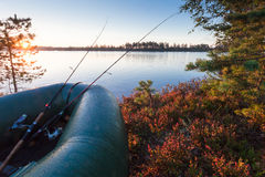 Le bateau gonflable avec deux tournant sur le lac au lever de soleil Image stock