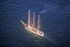 Le bateau grand de flotille naviguant en bas de Hudson River pendant la célébration de 100 ans pour la statue de la liberté, le 4 Image libre de droits