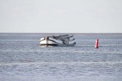Le bateau historique entre dans le port de Kornwerderzand avec le mât abaissé photos libres de droits