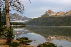 Le bateau jaune place sur un lac de montagne de l'Idaho Image libre de droits
