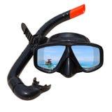 Le bateau long d'une queue au paysage d'océan est reflété dans le masque et la prise d'air de plongée sur la plage Photographie stock