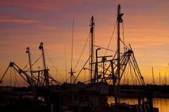 Le bateau mâte la silhouette de lever de soleil photo stock