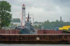 Le bateau militaire est amarré dans le canal de Petrovsky Image libre de droits