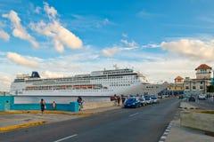 Le bateau moderne MSC ARMONIA de croiseur s'est accouplé dans le port de La Havane photos stock