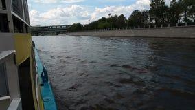 Le bateau navigue le long du rivage, la vue du bateau, Moscou banque de vidéos