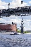 Le bateau navigue sous le pont, un monument à Peter, images stock