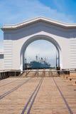 Le bateau par l'arc Photographie stock