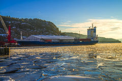 Le bateau part du port de halden Image libre de droits