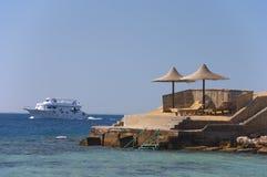 Le bateau passant par une plage Photo libre de droits