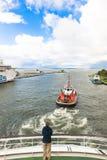 Le bateau pilote déplace le croiseur Images libres de droits