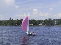 Le bateau pourpre photo stock