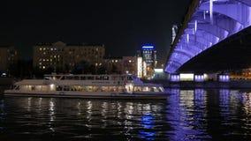 Le bateau récréationnel passe sous le pont sur la rivière de Moscou banque de vidéos