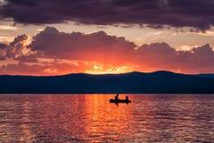 Le bateau romantique monte sur le lac contre le contexte Photographie stock