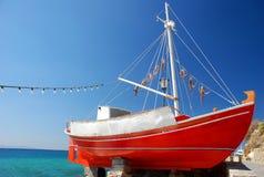 Le bateau rouge sur l'île de Mykonos Photographie stock libre de droits