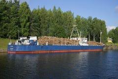 Le bateau russe STK-1004 chargé avec le bois de construction se tient dans le secteur de douane du canal de Saimaa finland Photographie stock libre de droits