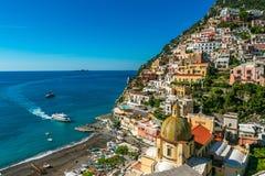 Le bateau s'approche au bord de mer de port de Positano Italie Photographie stock libre de droits
