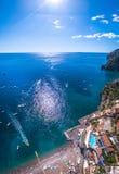 Le bateau s'?carte de la pleine visite de touristes de touristes de yacht de pilier, transport de l'eau, le trafic, permis vacanc images libres de droits