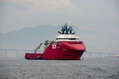 le bateau s'est arrêté dans la baie de Guanabara, attendant pour s'accoupler dans le port images stock