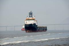 le bateau s'est arrêté dans la baie de Guanabara, attendant pour s'accoupler dans le port photo libre de droits
