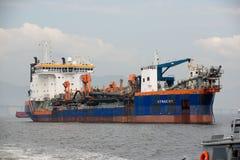 le bateau s'est arrêté dans la baie de Guanabara, attendant pour s'accoupler dans le port image libre de droits