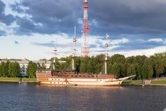 Le bateau se tient sur la banque de la rivière en été image libre de droits