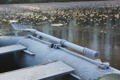Le bateau sous la neige Photographie stock