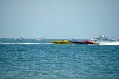 Le bateau superbe en mer emballe (Pilar contre le métal tordu) Photographie stock libre de droits