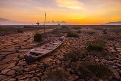 Le bateau sur la terre est fente au lever de soleil Photos libres de droits