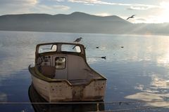 Le bateau sur le lac image libre de droits