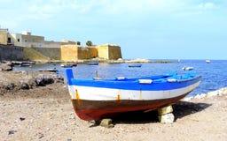 Le bateau sur le bord de la mer Photographie stock