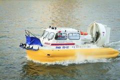Le bateau sur le coussin d'air russe de ministère de secours flotte en bas de la rivière Photographie stock libre de droits