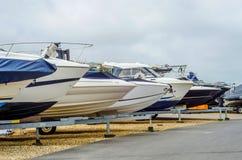 Le bateau sur le support sur le rivage, se ferment de la part du yacht, l image libre de droits