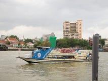 Le bateau transportant des passagers à travers la rivière à la rivière Chao Phraya à Bangkok Image libre de droits