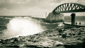Le battement de vagues contre le rivage rocheux Malte Photographie stock