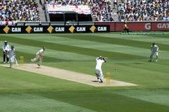 Le batteur anglais laisse une boule dans le cricket de cendres Images stock