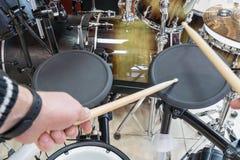 Le batteur frappe sur le tambour électrique image libre de droits