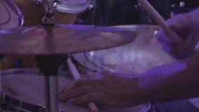 Le batteur joue des instruments de percussion à un concert en tant qu'élément d'un groupe musical banque de vidéos