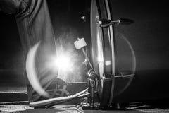 Le batteur que le pied du ` s utilise l'espadrille joue la pédale de tambour bas Image libre de droits