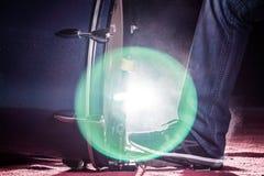 Le batteur que le pied du ` s utilise l'espadrille joue la pédale de tambour bas Photo libre de droits