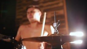 Le batteur sans chemise joue la musique avec une passion dans le studio Salut-chapeau au foyer banque de vidéos