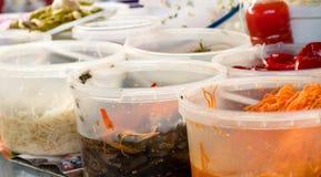 Le bazar de stalle du marché offre l'éventail de conserves au vinaigre épicées et savoureuses, poivre, tomate, ail Photographie stock libre de droits