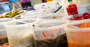 Le bazar de stalle du marché offre l'éventail de conserves au vinaigre épicées et savoureuses, poivre, tomate, ail Images stock