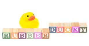 Le bébé bloque mignon en caoutchouc d'orthographe et un canard en caoutchouc Photo stock
