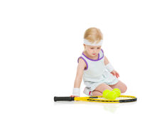 Le bébé dans le tennis vêtx avec la raquette et les boules Photographie stock libre de droits
