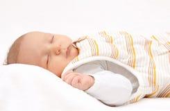 Le bébé de sommeil soutiennent dessus dans le sac de couchage Image libre de droits