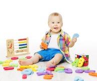 Le bébé jouant des jouets d'éducation, alphabet de jeu d'enfant marque avec des lettres les nombres L Photographie stock