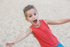 Le beau bébé garçon a l'amusement sur la plage photographie stock libre de droits